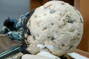 Incrustation de basalte dans la terre. À cône 08, la roche devient poudre, se charge en humidité et gonfle, ce qui fragilise la terre. À cône 6, la poudre se vitrifie et reste stable.